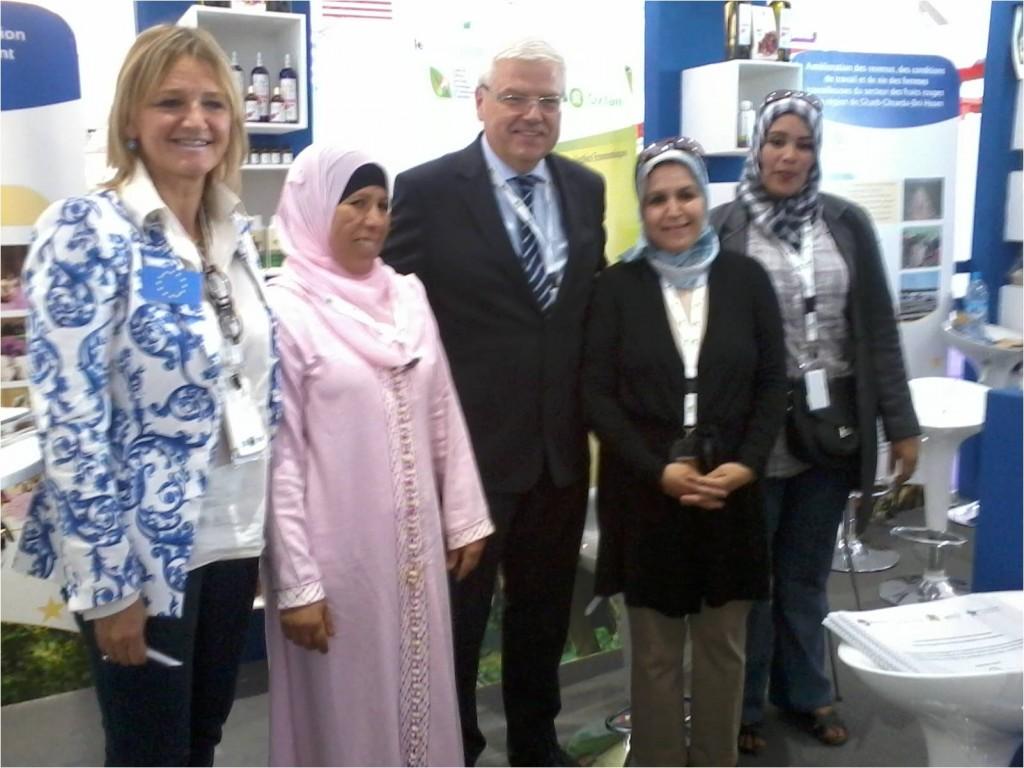 De gauche à droite : Mme Nicolaidess (Chef des projets, UE), Mme Z. Ait Lkassh (Vice présidente AFDF) Mr le Directeur général à la commission européenne en Belgique, Mme N.Fdil (Présidente AFDF) et J.Lahrawa (Agent commerciale)